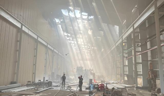 Khống chế đám cháy tại Công ty Tôn Hoa Sen ở Bình Dương - Ảnh 1.