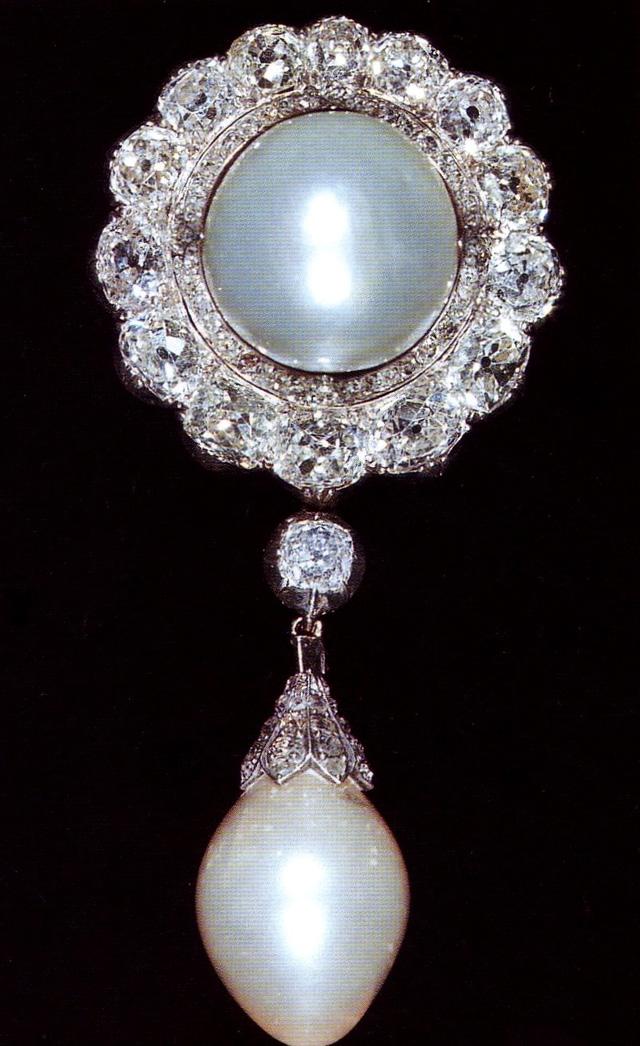 Sở hữu bộ sưu tập trang sức bạc tỉ nhưng chiếc cài áo ngọc trai này lại được Nữ hoàng Elizabeth II ưu ái hơn cả: Lý đằng sau là gì? - Ảnh 1.