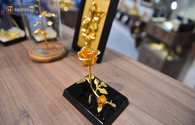 Cận cảnh hoa hồng đúc vàng giá 330 triệu đồng được đại gia Hải Phòng mua làm quà tặng ngày 8/3 - Ảnh 12.