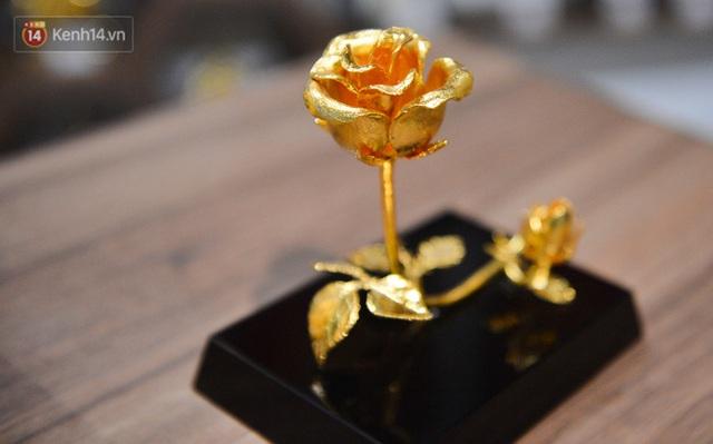 Cận cảnh hoa hồng đúc vàng giá 330 triệu đồng được đại gia Hải Phòng mua làm quà tặng ngày 8/3 - Ảnh 13.