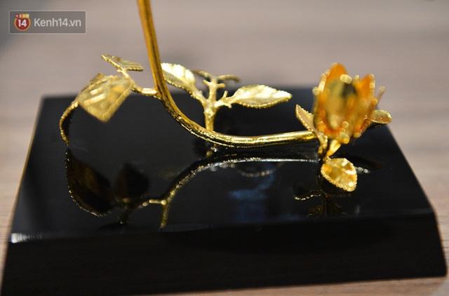 Cận cảnh hoa hồng đúc vàng giá 330 triệu đồng được đại gia Hải Phòng mua làm quà tặng ngày 8/3 - Ảnh 15.