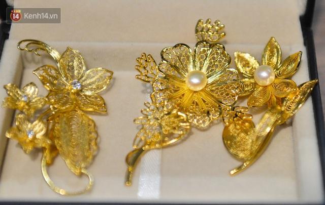 Cận cảnh hoa hồng đúc vàng giá 330 triệu đồng được đại gia Hải Phòng mua làm quà tặng ngày 8/3 - Ảnh 16.