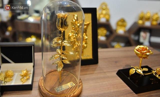 Cận cảnh hoa hồng đúc vàng giá 330 triệu đồng được đại gia Hải Phòng mua làm quà tặng ngày 8/3 - Ảnh 18.