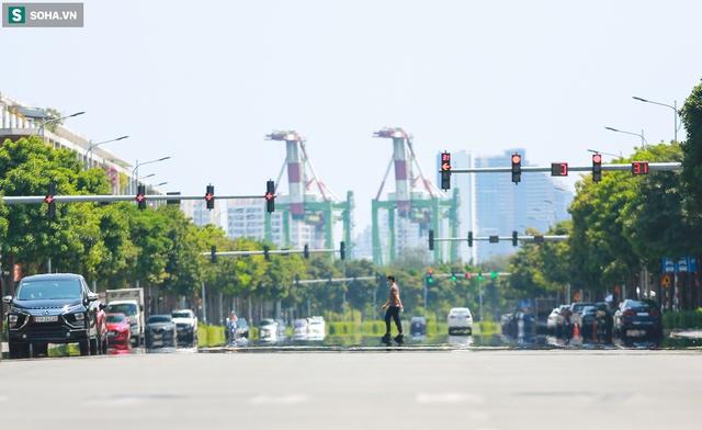[ẢNH] Đường Sài Gòn nóng như thiêu, người dân vật vã tránh nóng ở góc cây, gầm cầu - Ảnh 3.