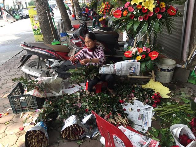 Hoa hồng tăng giá vùn vụt, nghề giao hàng kiếm bộn tiền dịp 8/3 - Ảnh 3.