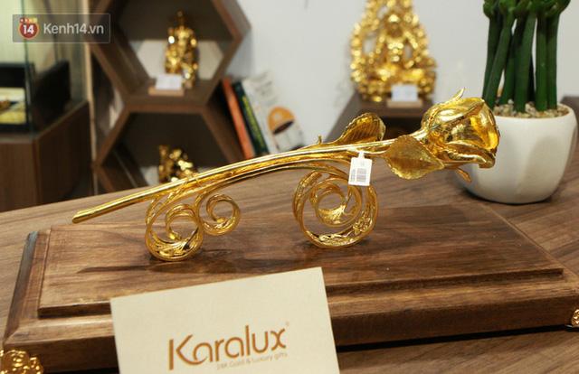 Cận cảnh hoa hồng đúc vàng giá 330 triệu đồng được đại gia Hải Phòng mua làm quà tặng ngày 8/3 - Ảnh 4.