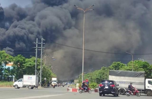 Khống chế đám cháy tại Công ty Tôn Hoa Sen ở Bình Dương - Ảnh 4.