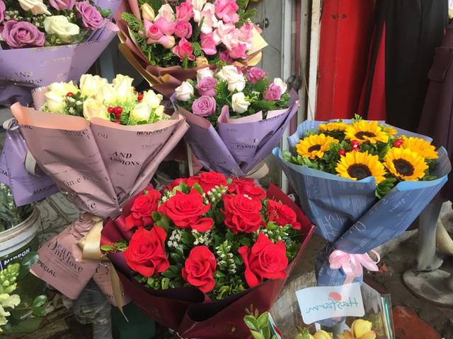Hoa hồng tăng giá vùn vụt, nghề giao hàng kiếm bộn tiền dịp 8/3 - Ảnh 4.