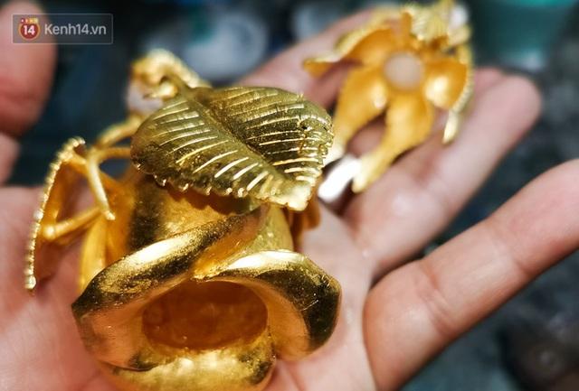 Cận cảnh hoa hồng đúc vàng giá 330 triệu đồng được đại gia Hải Phòng mua làm quà tặng ngày 8/3 - Ảnh 5.