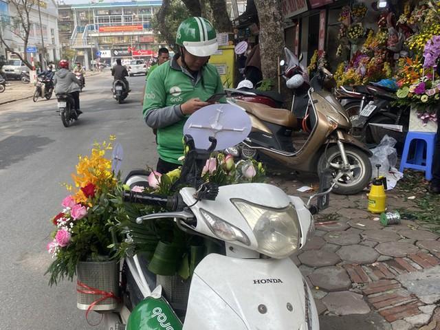 Hoa hồng tăng giá vùn vụt, nghề giao hàng kiếm bộn tiền dịp 8/3 - Ảnh 5.