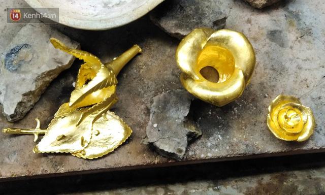 Cận cảnh hoa hồng đúc vàng giá 330 triệu đồng được đại gia Hải Phòng mua làm quà tặng ngày 8/3 - Ảnh 6.