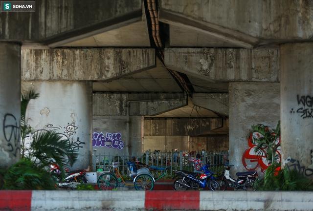 [ẢNH] Đường Sài Gòn nóng như thiêu, người dân vật vã tránh nóng ở góc cây, gầm cầu - Ảnh 10.