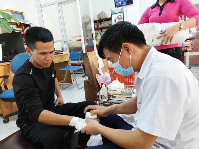 Người hùng Nguyễn Ngọc Mạnh bị rạn xương ngón tay, chưa bắt đầu công việc bình thường - Ảnh 2.