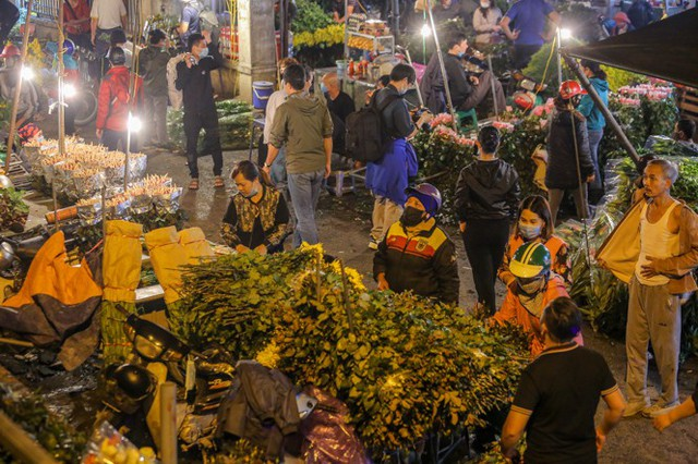 Chợ hoa lớn nhất Hà Nội tấp nập trước ngày 8/3 - Ảnh 1.