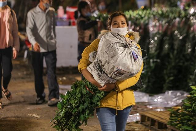 Chợ hoa lớn nhất Hà Nội tấp nập trước ngày 8/3 - Ảnh 2.