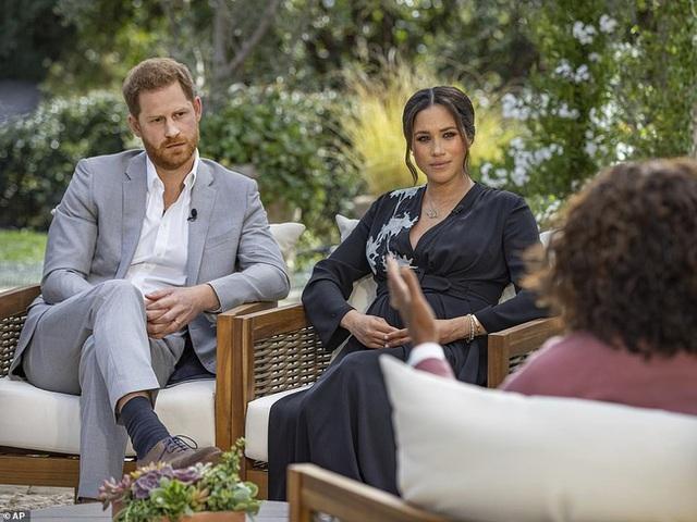 Trước giờ lên sóng cuộc phỏng vấn của vợ chồng Meghan: Nữ hoàng Anh có động thái mới, nói một câu đủ khiến cặp đôi xấu hổ ê chề - Ảnh 2.