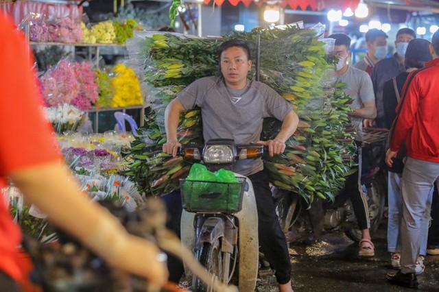 Chợ hoa lớn nhất Hà Nội tấp nập trước ngày 8/3 - Ảnh 11.