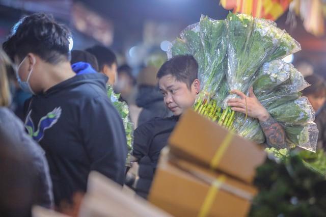 Chợ hoa lớn nhất Hà Nội tấp nập trước ngày 8/3 - Ảnh 12.