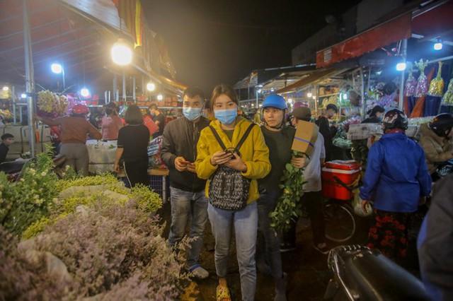 Chợ hoa lớn nhất Hà Nội tấp nập trước ngày 8/3 - Ảnh 13.