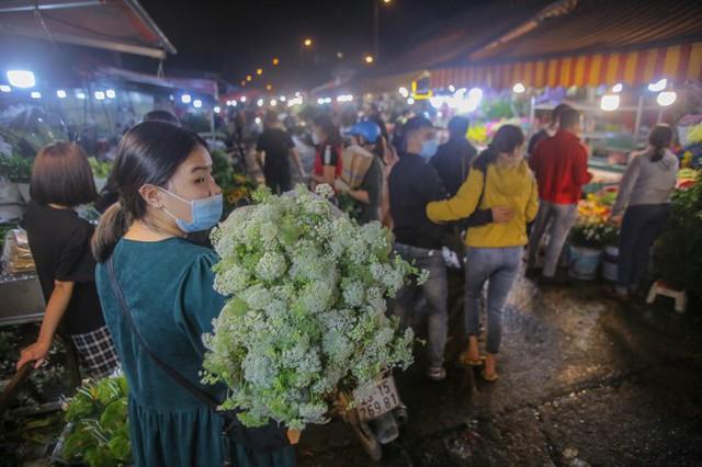 Chợ hoa lớn nhất Hà Nội tấp nập trước ngày 8/3 - Ảnh 15.