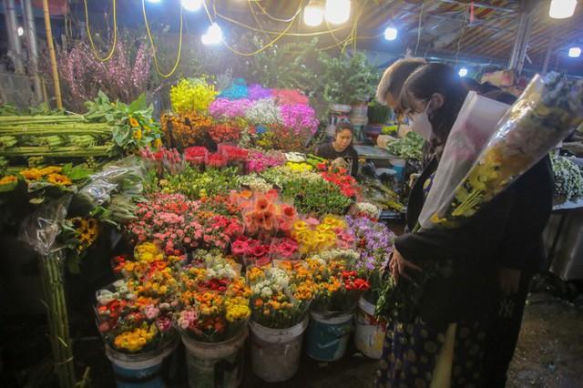 Chợ hoa lớn nhất Hà Nội tấp nập trước ngày 8/3 - Ảnh 16.