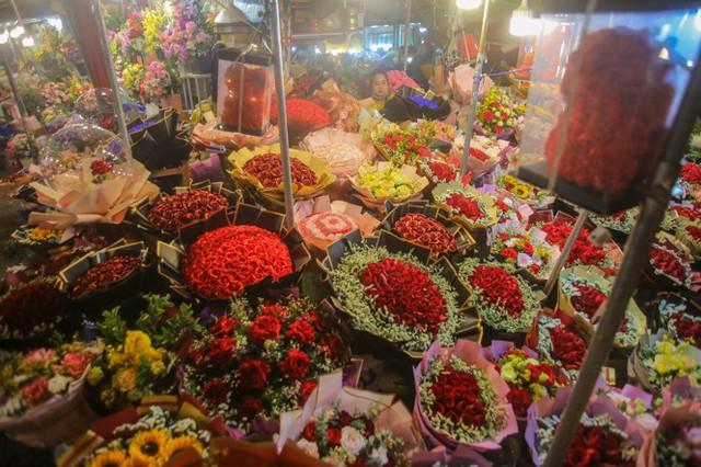 Chợ hoa lớn nhất Hà Nội tấp nập trước ngày 8/3 - Ảnh 17.