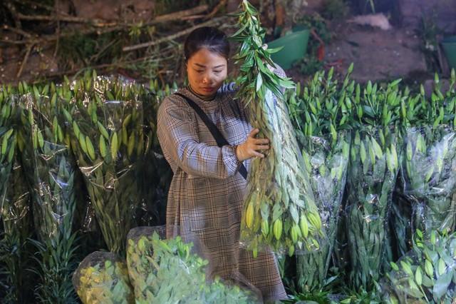 Chợ hoa lớn nhất Hà Nội tấp nập trước ngày 8/3 - Ảnh 3.