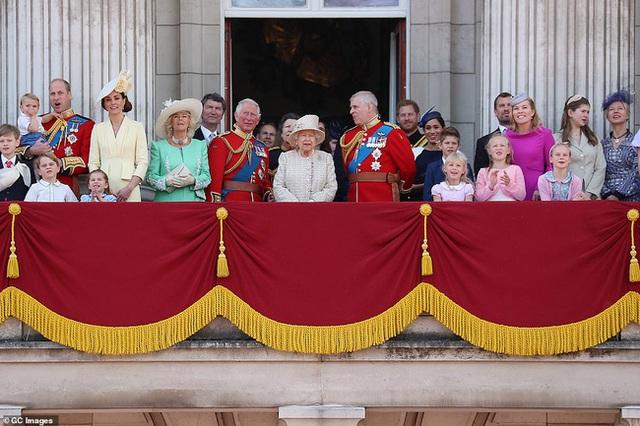 Trước giờ lên sóng cuộc phỏng vấn của vợ chồng Meghan: Nữ hoàng Anh có động thái mới, nói một câu đủ khiến cặp đôi xấu hổ ê chề - Ảnh 3.