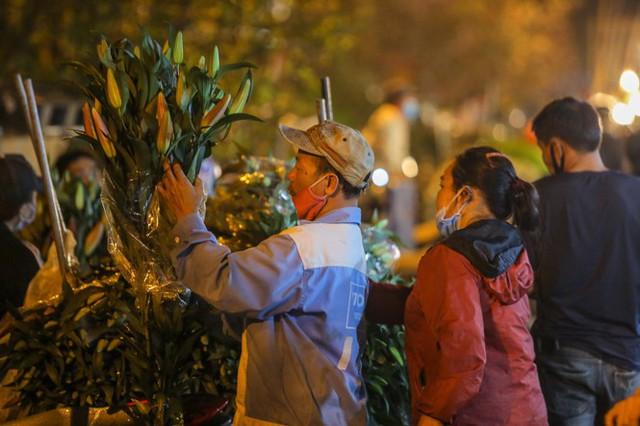 Chợ hoa lớn nhất Hà Nội tấp nập trước ngày 8/3 - Ảnh 4.