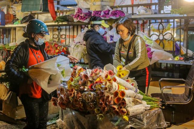 Chợ hoa lớn nhất Hà Nội tấp nập trước ngày 8/3 - Ảnh 5.