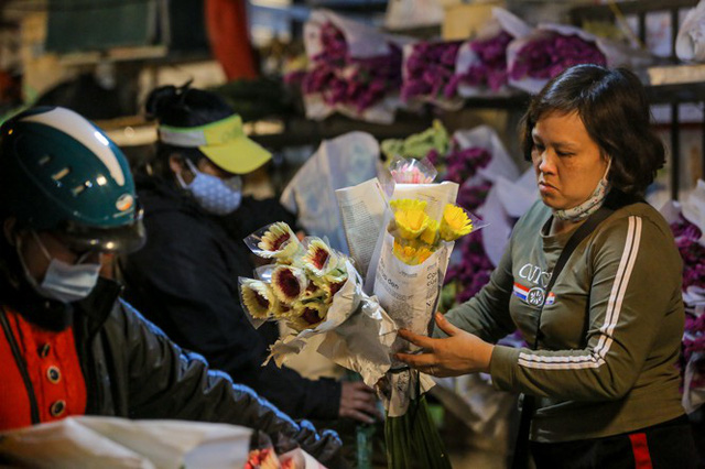 Chợ hoa lớn nhất Hà Nội tấp nập trước ngày 8/3 - Ảnh 6.