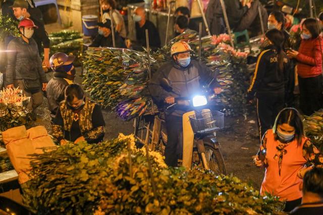 Chợ hoa lớn nhất Hà Nội tấp nập trước ngày 8/3 - Ảnh 7.