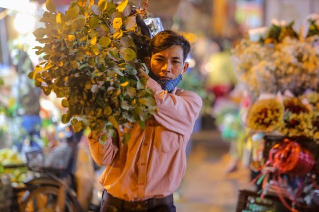 Chợ hoa lớn nhất Hà Nội tấp nập trước ngày 8/3 - Ảnh 8.