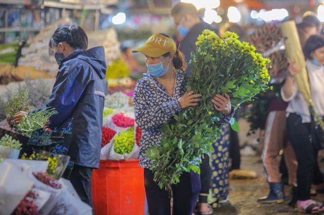 Chợ hoa lớn nhất Hà Nội tấp nập trước ngày 8/3 - Ảnh 9.