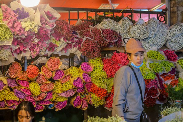 Chợ hoa lớn nhất Hà Nội tấp nập trước ngày 8/3 - Ảnh 10.