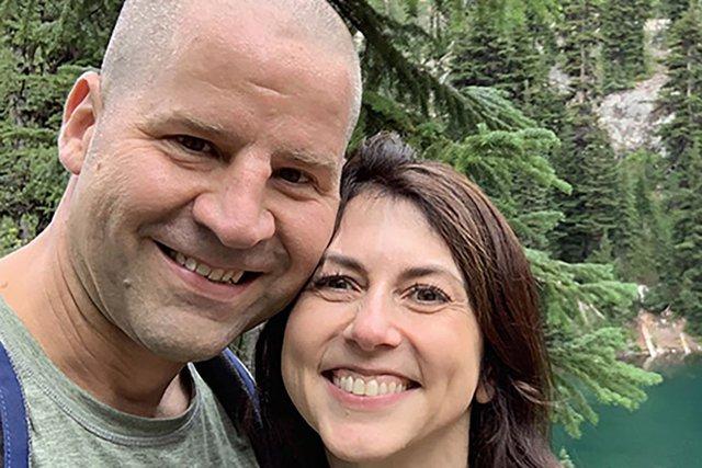 Vợ cũ của tỷ phú Jeff Bezos tái hôn, cam kết cho đi phần lớn tài sản trong suốt cuộc đời cùng chồng mới - Ảnh 1.