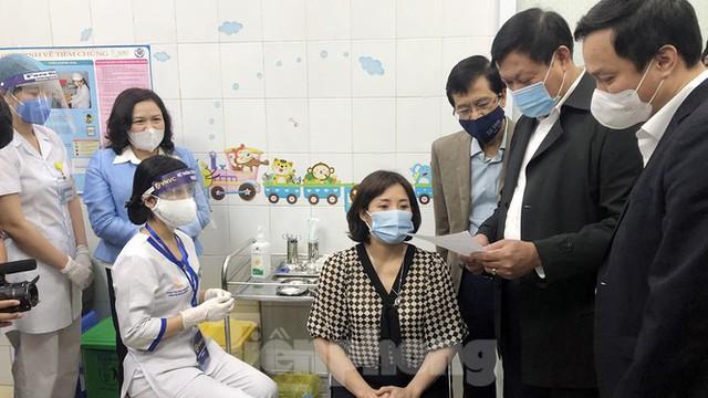 Cận cảnh những mũi tiêm vắc xin COVID-19 đầu tiên ở 'điểm nóng' Hải Dương - Ảnh 1.