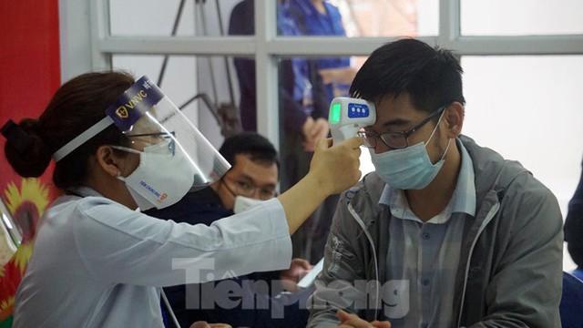 Cận cảnh những mũi tiêm vắc xin COVID-19 đầu tiên ở 'điểm nóng' Hải Dương - Ảnh 2.