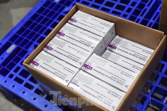 Lô vắc xin COVID-19 đầu tiên được chuyển đến Bệnh viện Nhiệt đới TPHCM - Ảnh 5.