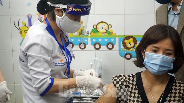 Cận cảnh những mũi tiêm vắc xin COVID-19 đầu tiên ở 'điểm nóng' Hải Dương - Ảnh 8.