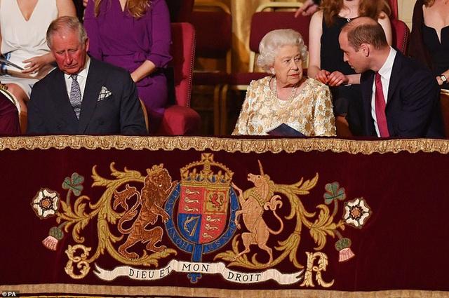 Hậu cuộc phỏng vấn bom tấn của nhà Sussex: Meghan Markle tung ảnh mới trêu ngươi, hoàng gia Anh bị rúng động - Ảnh 2.