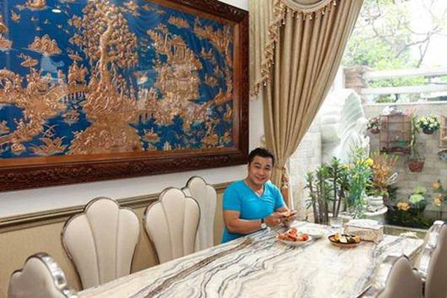 Ông vua màn bạc thập niên 90 Lý Hùng ở tuổi 50: Ở biệt thự 700 m2, mua cầu nâng xe tận Mỹ để đủ chỗ cho 2 xe hơi  - Ảnh 3.