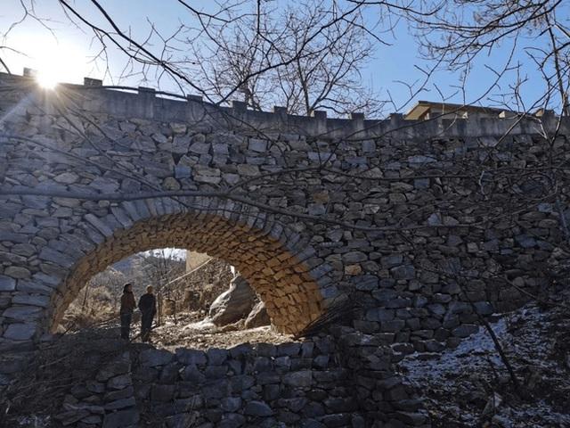 Thấy vợ lội sông bị trượt chân, chồng quyết xây cầu trong 5 năm với hơn 20.000 hòn đá, khoảnh khắc hoàn thành công trình gây xúc động cực mạnh - Ảnh 4.