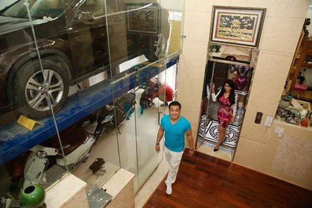 Ông vua màn bạc thập niên 90 Lý Hùng ở tuổi 50: Ở biệt thự 700 m2, mua cầu nâng xe tận Mỹ để đủ chỗ cho 2 xe hơi  - Ảnh 4.