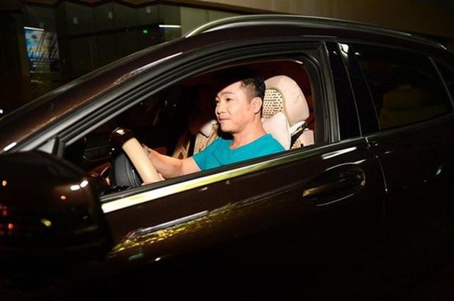 Ông vua màn bạc thập niên 90 Lý Hùng ở tuổi 50: Ở biệt thự 700 m2, mua cầu nâng xe tận Mỹ để đủ chỗ cho 2 xe hơi  - Ảnh 6.