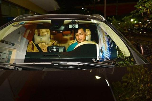 Ông vua màn bạc thập niên 90 Lý Hùng ở tuổi 50: Ở biệt thự 700 m2, mua cầu nâng xe tận Mỹ để đủ chỗ cho 2 xe hơi  - Ảnh 7.