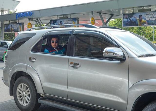 Ông vua màn bạc thập niên 90 Lý Hùng ở tuổi 50: Ở biệt thự 700 m2, mua cầu nâng xe tận Mỹ để đủ chỗ cho 2 xe hơi  - Ảnh 8.