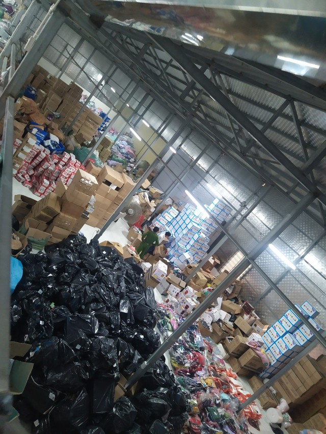 Triệt phá kho hàng giả, hàng nhái lớn nhất từ trước đến nay tại Ninh Bình, chốt tới 1.000 đơn mỗi ngày - Ảnh 1.