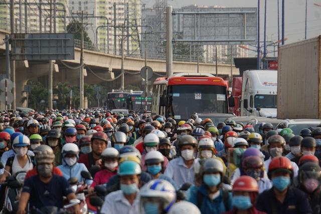 Xe cộ ken đặc 700m trên Xa lộ Hà Nội ngày đầu thu phí  - Ảnh 1.