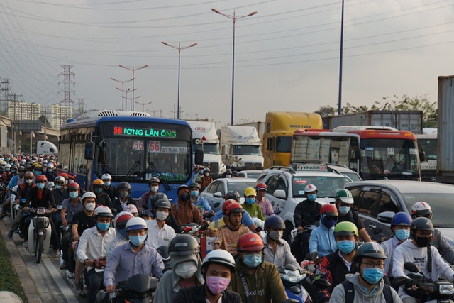 Xe cộ ken đặc 700m trên Xa lộ Hà Nội ngày đầu thu phí  - Ảnh 2.